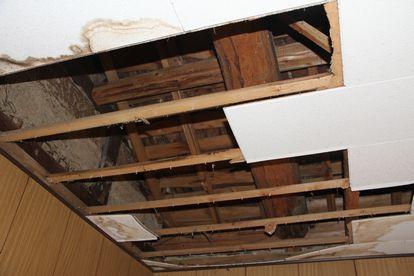 天井の板をはがす