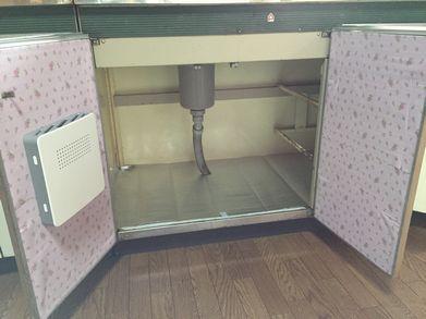 台所DIY食器棚のシートを貼る